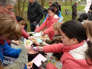 Samen eieren zoeken en cake eten in Noordveen+ FOTO'S+FILM
