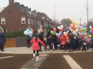 Warme knakworst na ballonwedstrijd officiële opening Van der Capellenlaan