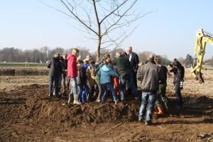 Kinderen De Zwaan vieren boomfeestdag in Noordveen
